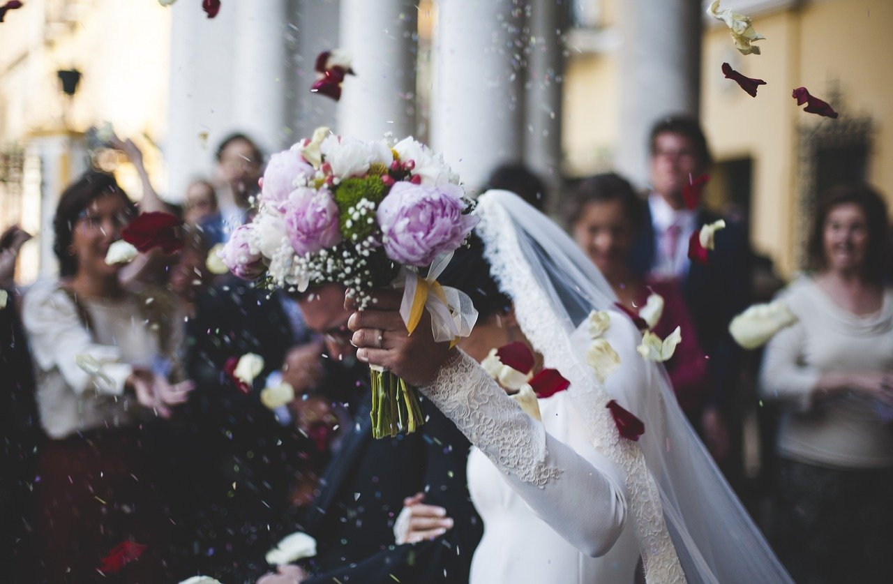 matrimonio: sposi, bouquet e lancio del riso