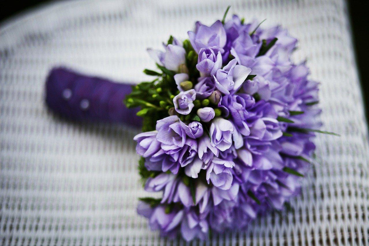 bouchet di fiori viola