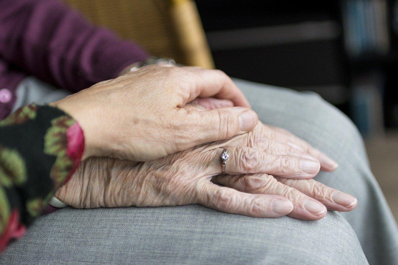 mano giovane e vecchia una sull'altra