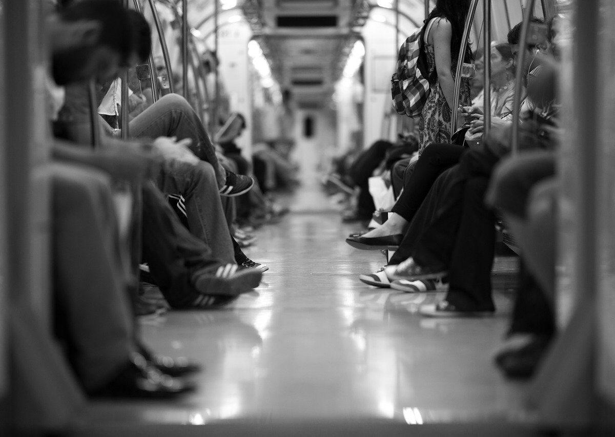 persone sedute in metropolitna