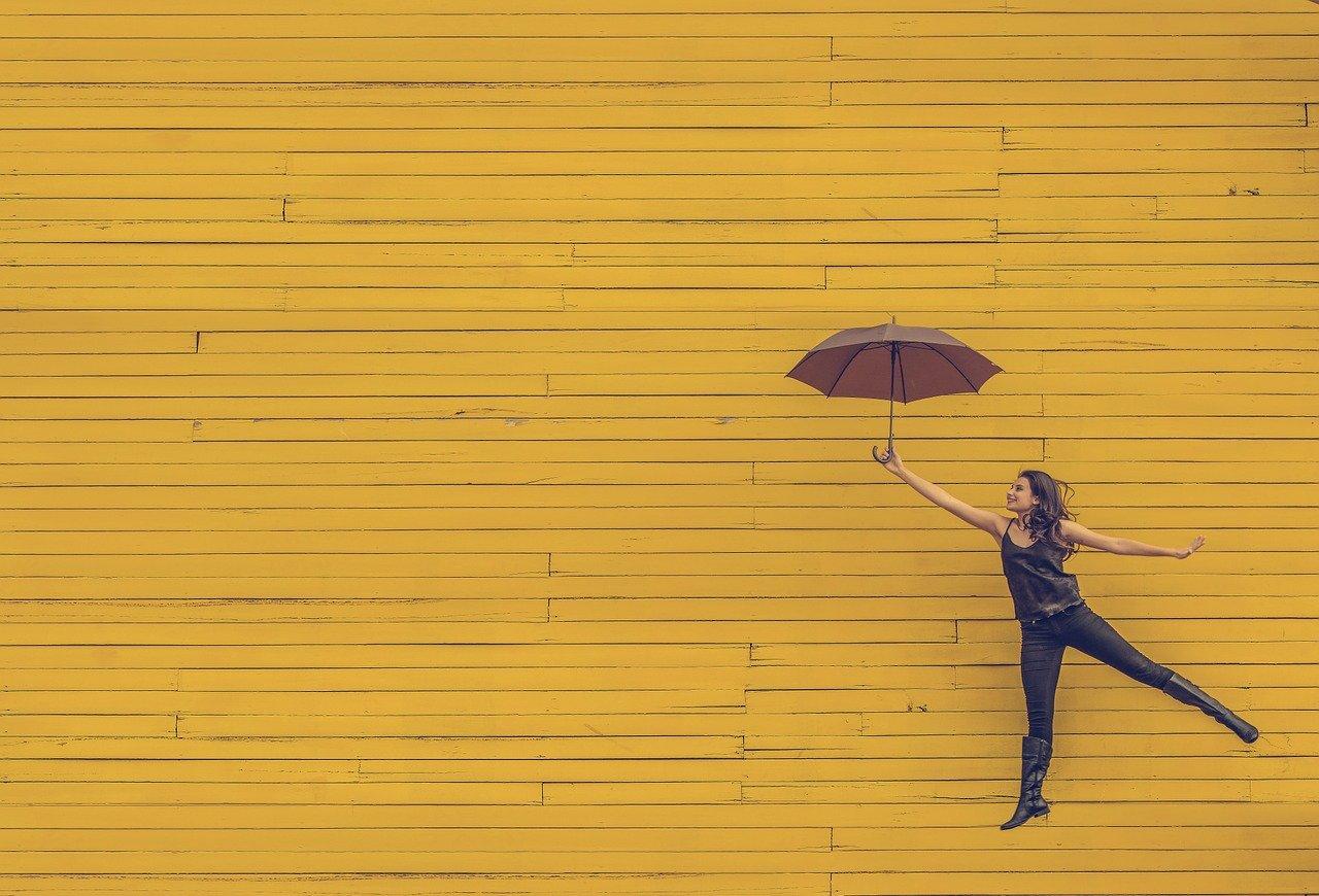 donna felice con ombrello