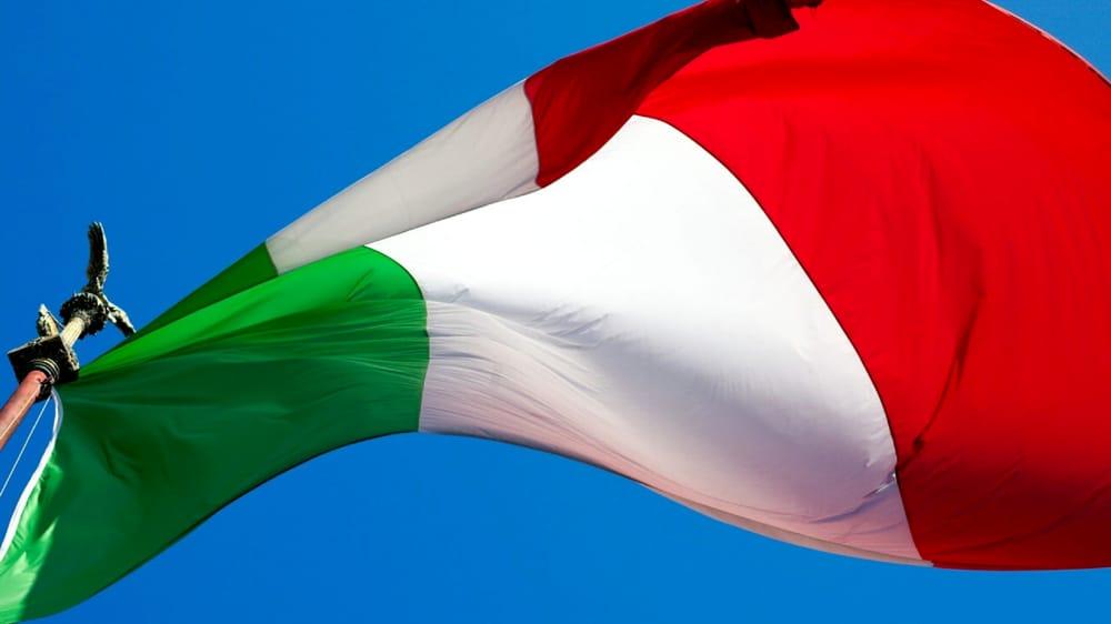 bandiera italiana che sventola