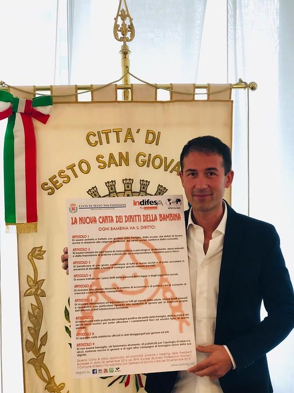 Giornata mondiale delle bambine e delle ragazze il Sindaco Roberto Di Stefano tiene in mano la Carta dei diritti
