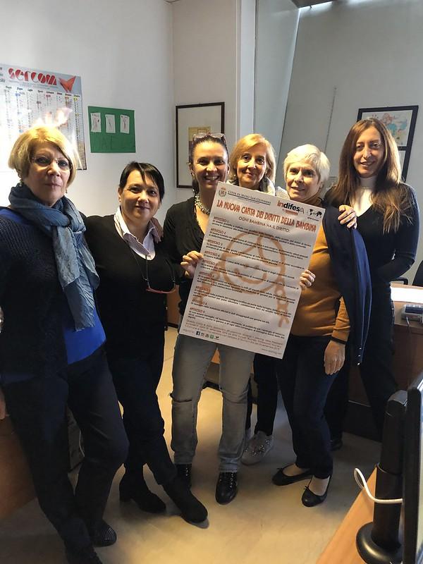 Giornata mondiale delle bambine e delle ragazze: alcune dipendenti del Comune di Sesto tengono in mano la carta dei diritti
