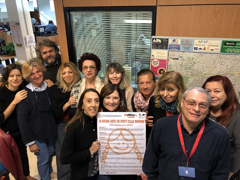 Giornata mondiale delle bambine e delle ragazze: alcuni dipendenti del Comune di Sesto tengono in mano la carta dei diritti