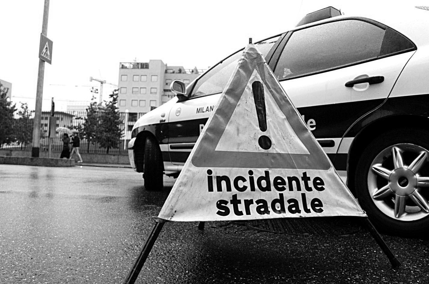 polizia locale e cartello incidente stradale