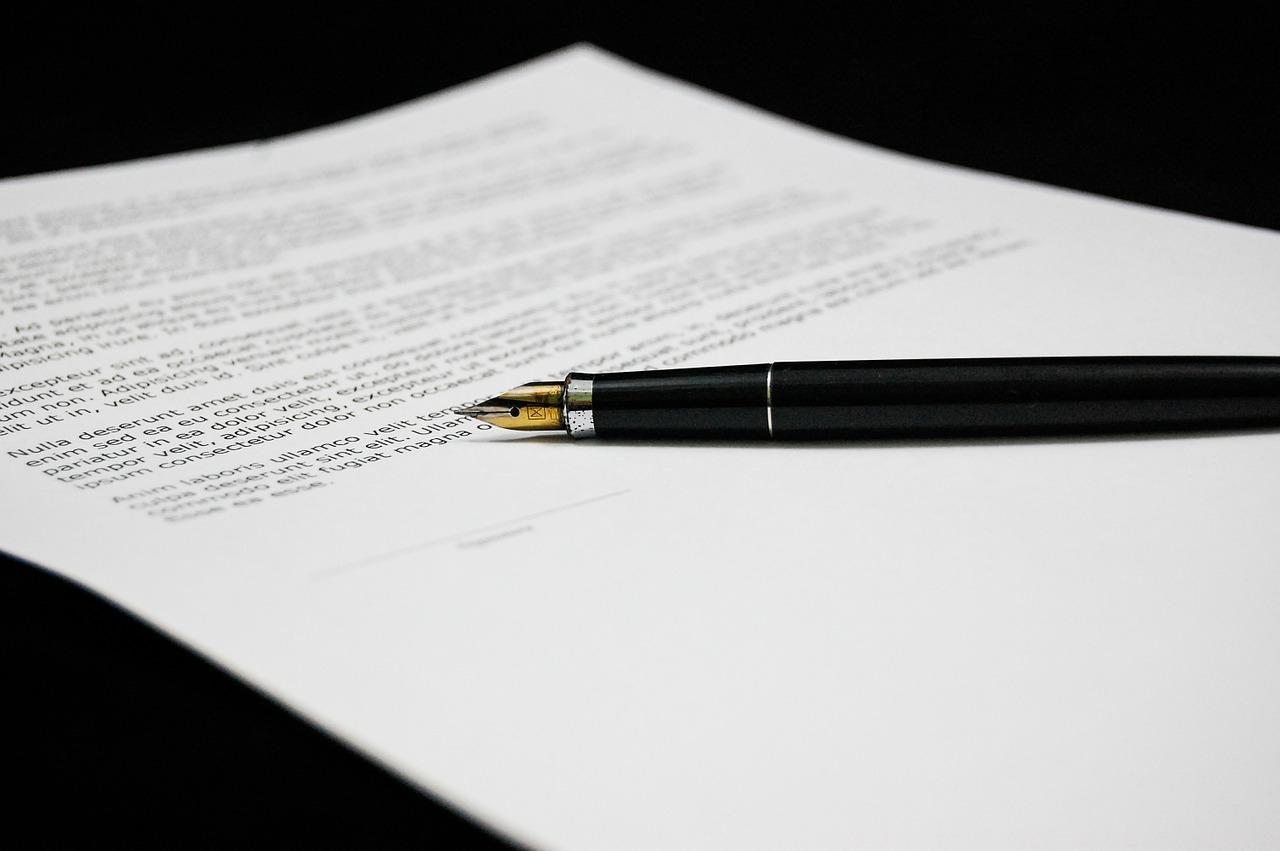 foglio e penna stilografica