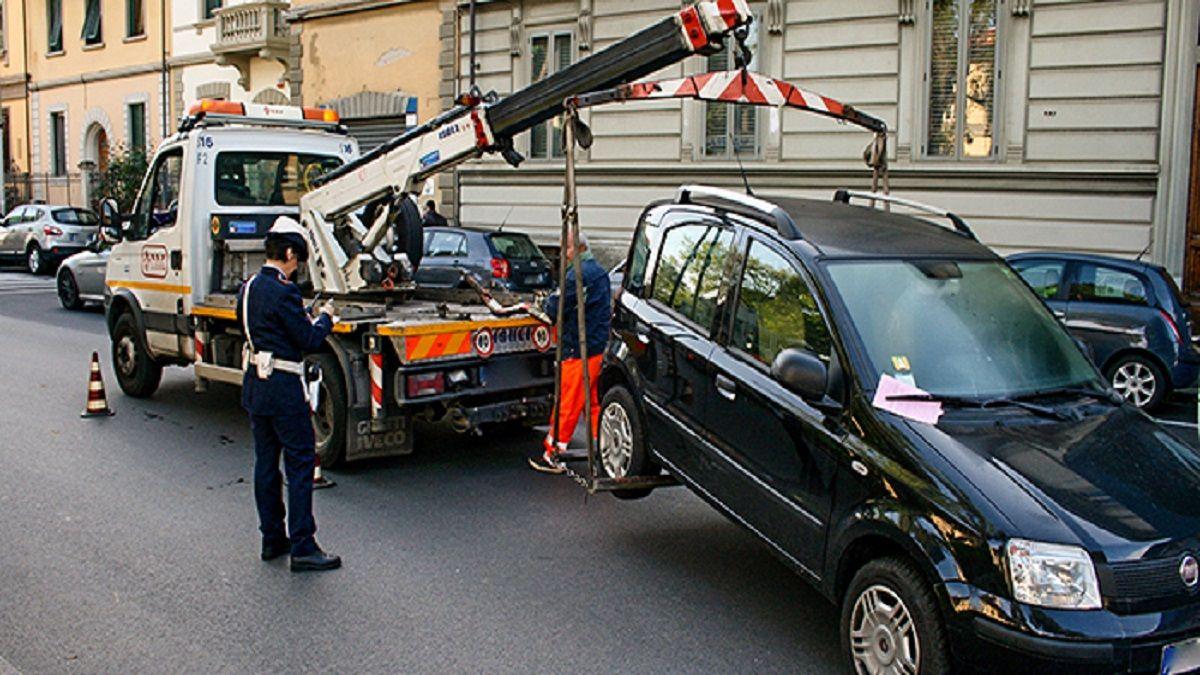 carraattrezzi che rimuove auto