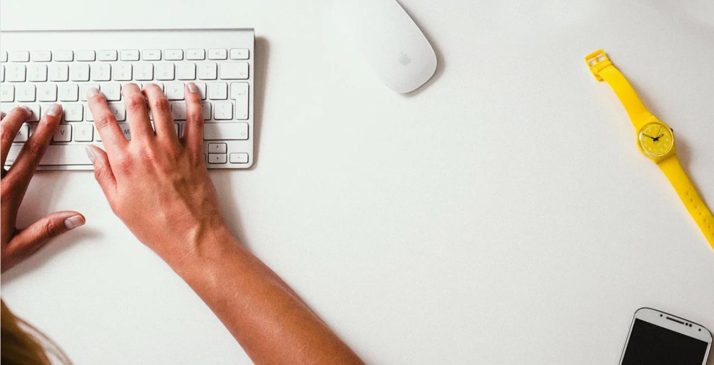 mani che digitano sulla tastiera