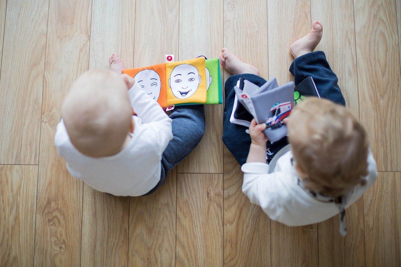 bimbi piccoli che leggono