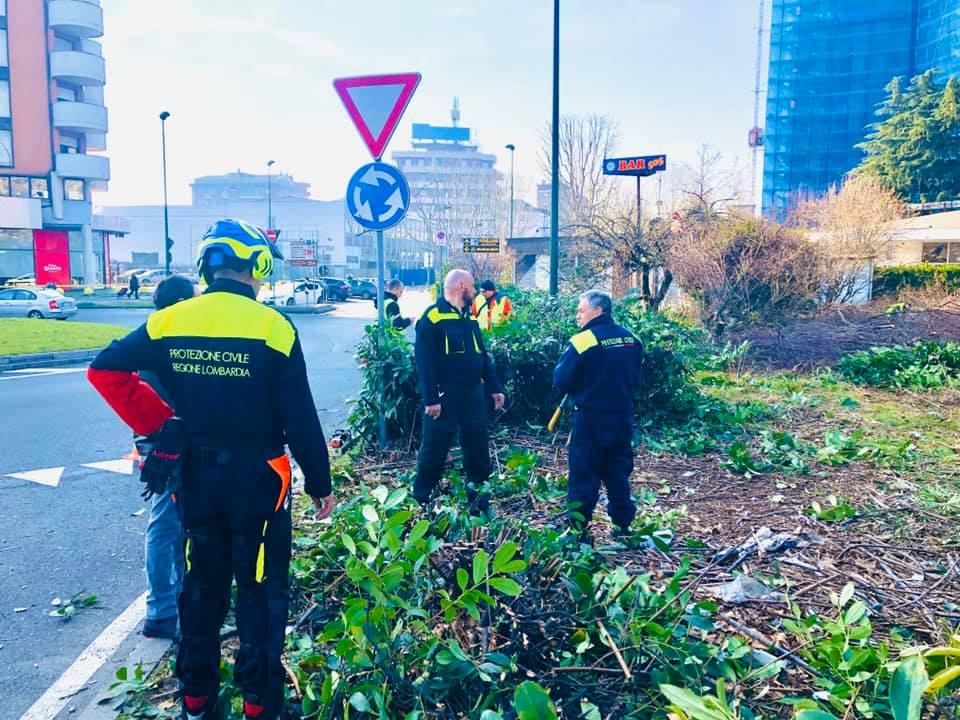 Protezione civile che pulisce viale Casiraghi