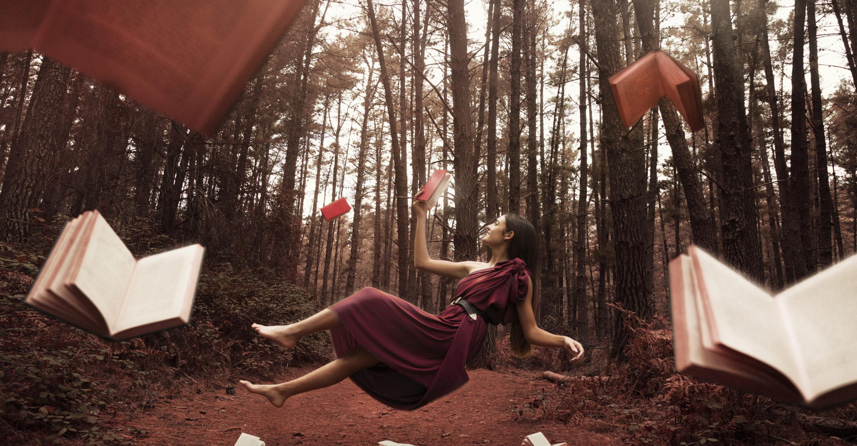 donna che vola tra i libri