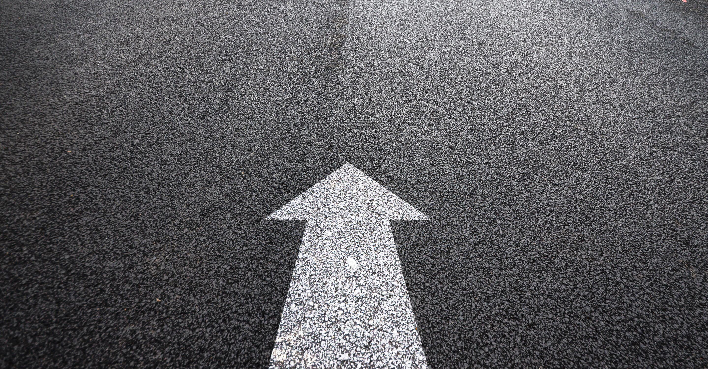 freccia bianca su strada