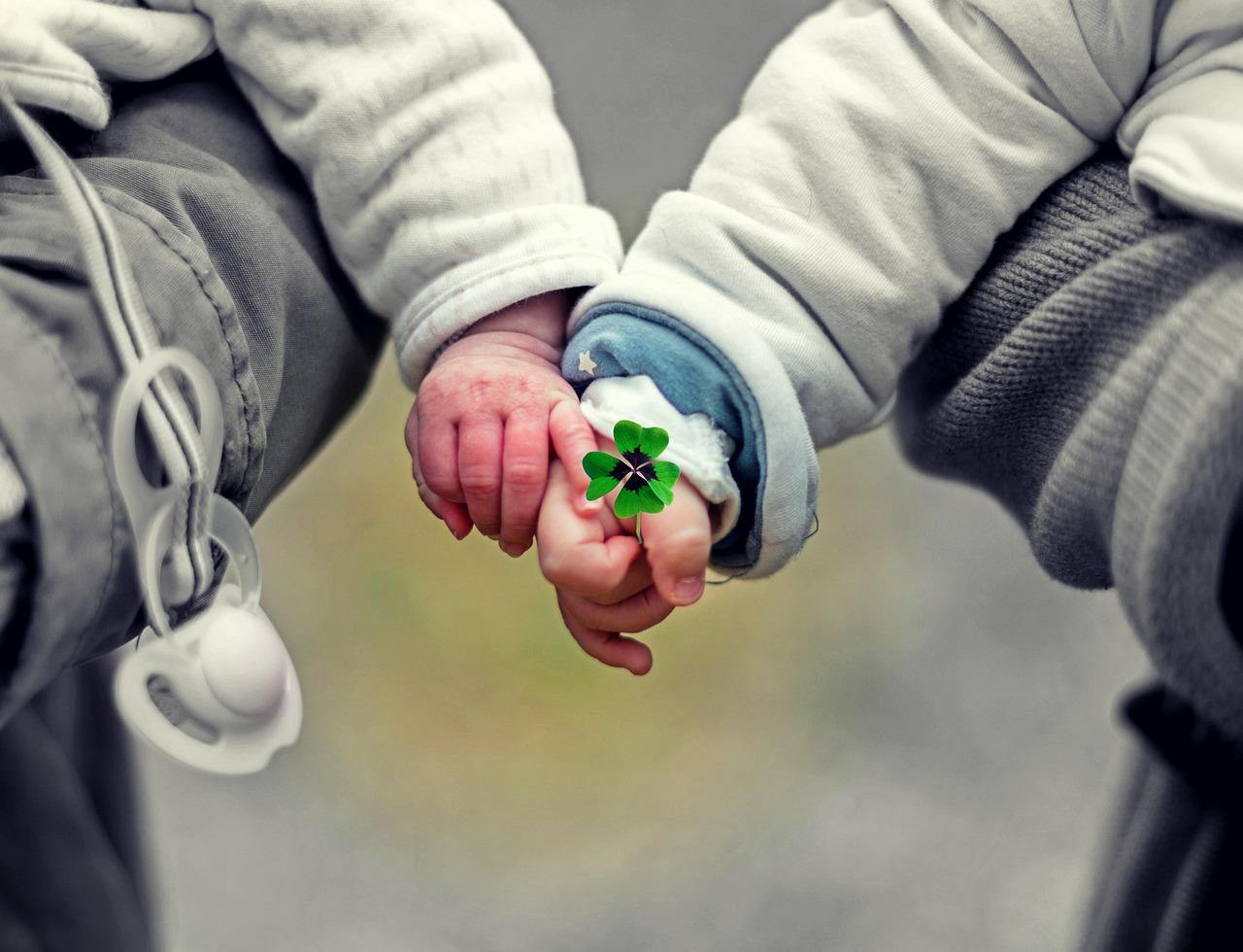 bambini piccoli che si danno la mano