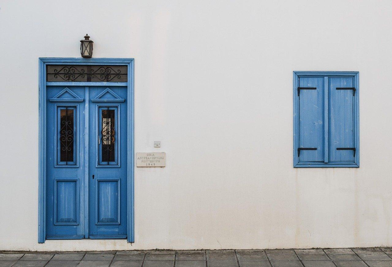 porta di casa azzurra
