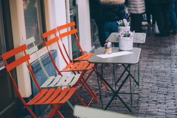 Tavolini e ombrelloni fuori dal locale: ecco come chiedere l'autorizzazione straordinaria