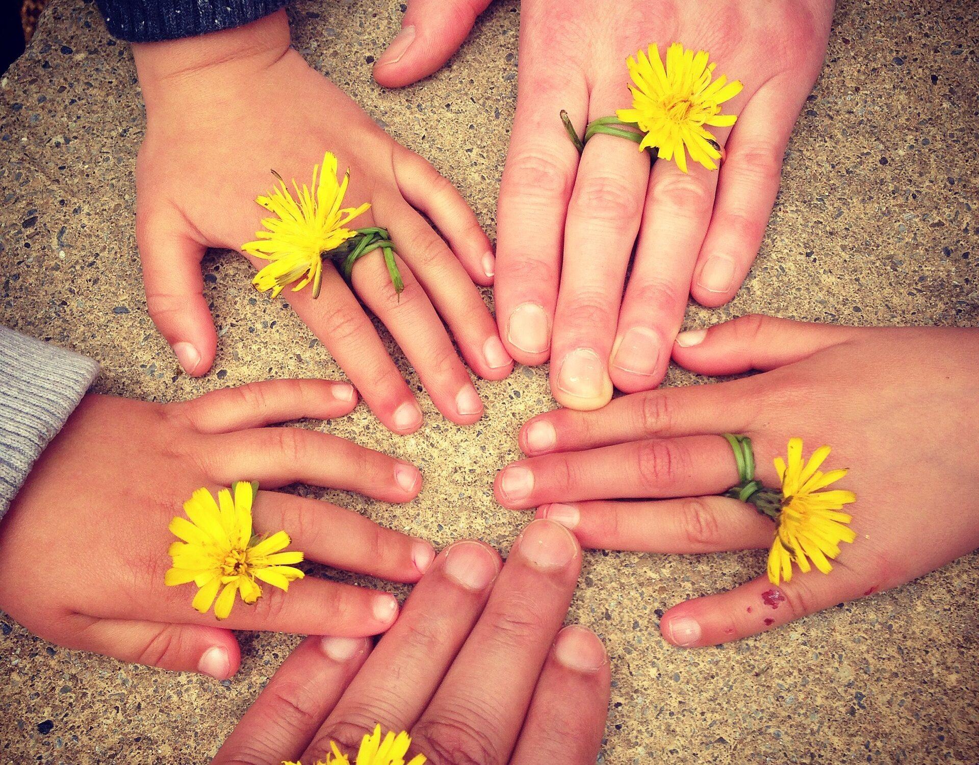 famiglia mani fiore