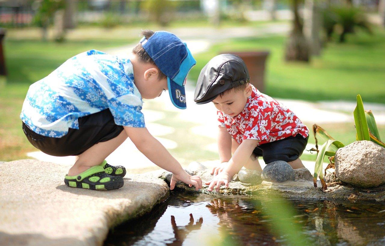 bambini gioco acqua