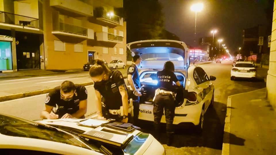Polizia Locale, serata di controlli nei negozi, in metro e in stazione: multe per 5.700 euro