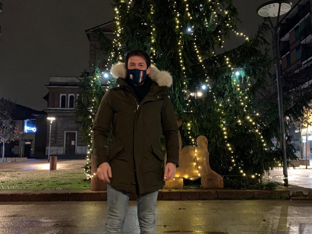 Si accendono le luci del Natale: addobbato l'albero di Piazza Petazzi