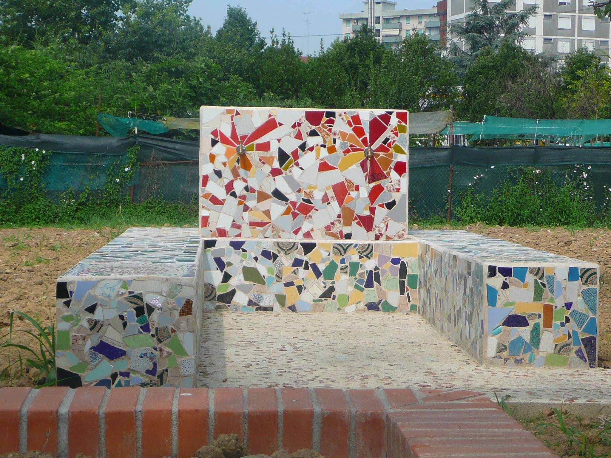 Vasca fontana a mosaico al Giardino degli orti