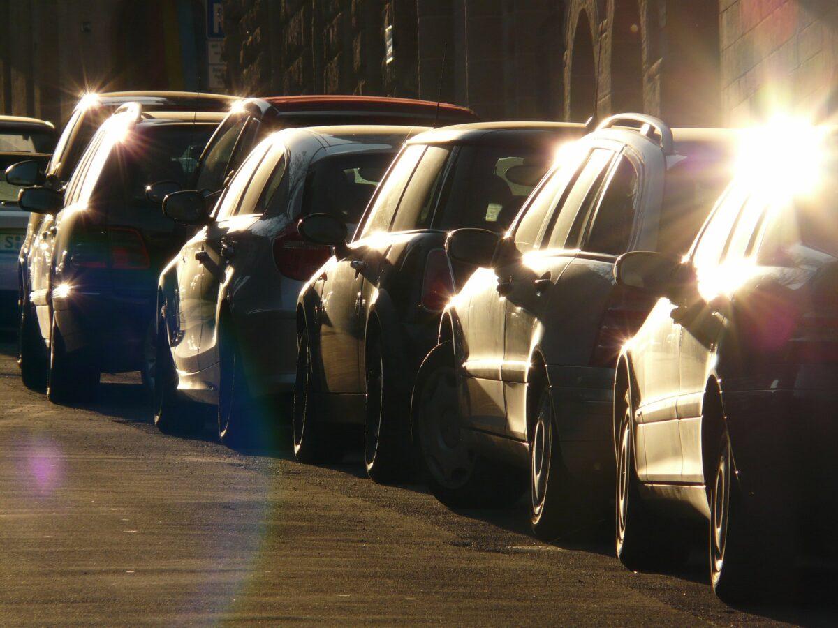 Il divieto di sosta per la pulizia delle strade torna in vigore