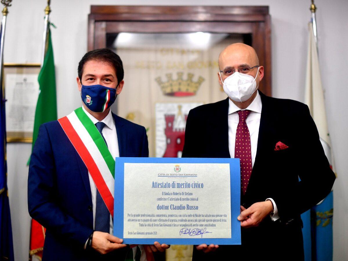 Il sindaco Di Stefano consegna un attestato di merito civico al dottor Russo