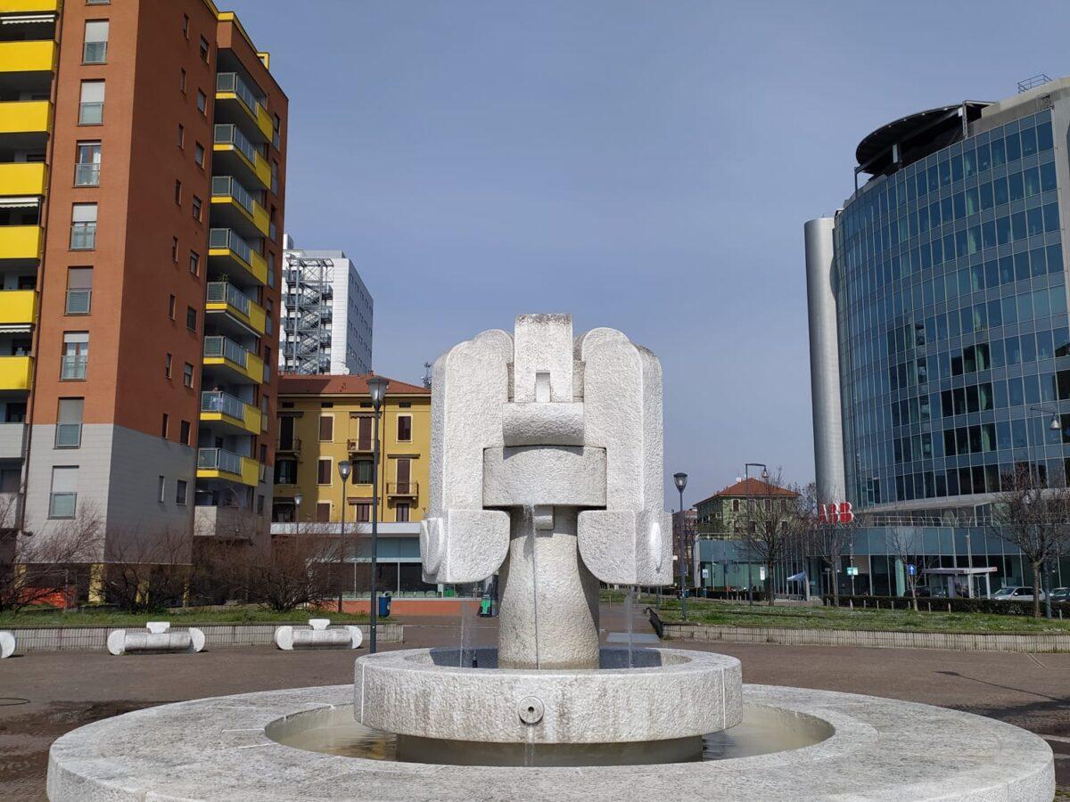 Piazza Montanelli, torna a zampillare l'acqua nella fontana del Cascella
