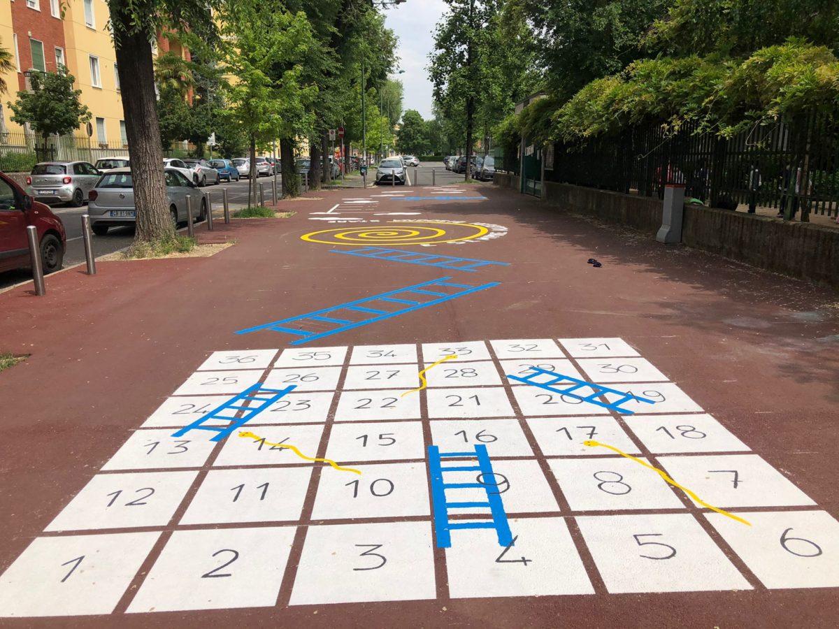 """""""Un, due, Ste…stella!"""", i giochi della campana sul marciapiede della scuola Dante"""