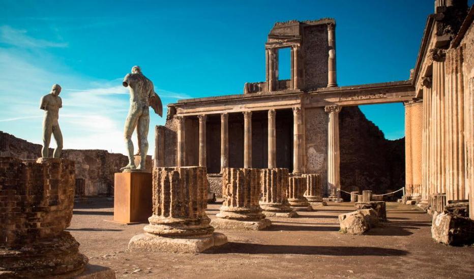 Con la biblioteca alla Reggia di Caserta e agli scavi di Pompei
