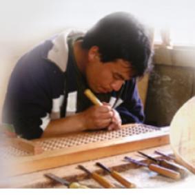 Esposizione mobili in legno massello fatti a mano sulle Ande